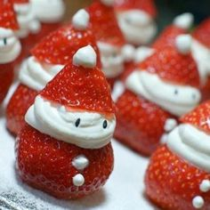 Strawberry Santas o fresas papa noel Christmas Party Food, Noel Christmas, Christmas Goodies, Christmas Desserts, Holiday Treats, Christmas Treats, Winter Christmas, Holiday Fun, Holiday Recipes