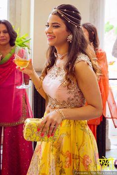love this bride for indian wedding on lehenga Bridal Mehndi Dresses, Mehendi Outfits, Bridal Lehenga Choli, Indian Wedding Hairstyles, Indian Wedding Outfits, Bride Hairstyles, Engagement Hairstyles, Engagement Dresses, Lehenga Hairstyles