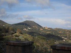 I resti della Fortezza del Giove in lontananza da Rio nell'Elba