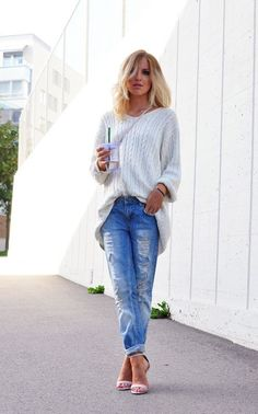 How to wear boyfriend jeans: oversized sweater with skinny cuffs and sandal pump