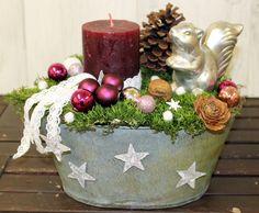 In liebevoller Handarbeit dekoriertes Advents/Weihnachtsgesteck.  Dekoriert wurde das Töpfchen mit Moos,einer hochwertigen, rustikalen brombeerfarbenen Kerze, einem Eichhörnchen, Glaskugeln,...