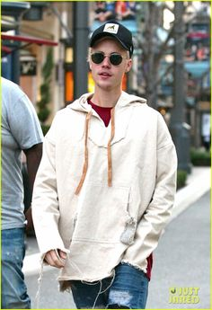 Justin Bieber Smashes the Charts & Breaks A Record with 'Sorry': Photo Justin Bieber stops by The Grove mall for a lunch on Monday (January in Los Angeles. The singer sported a casual look, wearing distressed jeans… Justin Bieber Style, Justin Bieber Pictures, Grove Mall, Usher Raymond, Bae, Pop Musicians, To My Future Husband, Future Boyfriend, Hip Tattoos