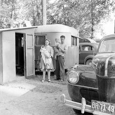 Vintage camping with a Ford. Vintage Rv, Vintage Caravans, Vintage Travel Trailers, Vintage Photos, Old Campers, Retro Campers, Vintage Campers, Car Trailer, Gypsy Wagon