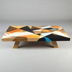 Mesa em madeira colorida Omega, designer Vans de Omega.