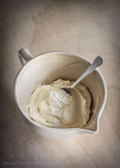 Método fácil para hacer queso mascarpone en casa, a partir de nata líquida y zumo de limón, con fotografías paso a paso y vídeo
