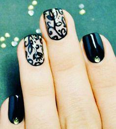 Uñas negras y un diseño sofisticado  *recuerda que tus uñas son un complemento a…