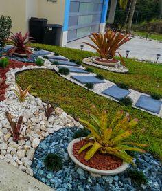 Front Garden Landscape, Small Front Yard Landscaping, Landscaping With Rocks, Outdoor Landscaping, Outdoor Gardens, Rock Garden Design, Recycled Garden, Garden Yard Ideas, Patio Plants
