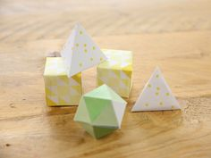 Je huis versieren met papercraft-items is hipper dan hip. Denk aan papieren ballonnen, handgemaakte slingers of mooie prenten. Maar ook deze papieren diamanten misstaan niet in menig interieur. Met deze tutorial en de gratis sjabloon van DaWanda, maak je ze gemakkelijk zelf!  #DaWandaDIY #DIY #Handmade #Paper