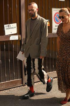 Street Style Leo Faria Milão masculino com calça de listra branca e preta, blazer cinza, meia vermelha e Doctor Martens Breast, Suit Jacket, Suits, Jackets, Fashion, Gray Blazer, Sock, Stripes, Black White