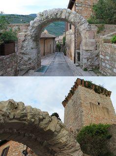 """Detta comunemente """"arco dei cappuccini"""" per la vicinanza al convento, Porta dell'Arce si trova al culmine di Via Cappuccini. Oltrepassando l'arco romano ci si può affacciare sul Belvedere, uno dei punti panoramici più alti di Spello. Probabilmente costruita in età repubblicana, era anticamente attraversata da una saracinesca che ne consentiva la chiusura (si può ancora notare l'intercapedine che seziona verticalmente la struttura); aperta garantiva l'accesso al monte Subasio."""