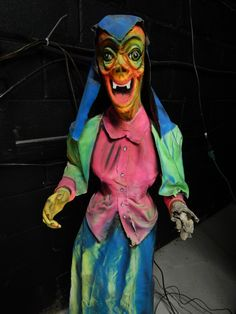 This Bill Tracy gal is a true New Yorker.  Find out who she is at http://www.laffinthedark.com/articles/spook3/spook3_1.htm