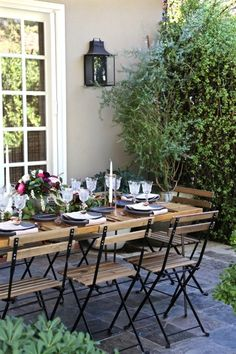 The best way to plan an elegant dinner party for friends and family.