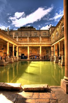 Roman Baths, Bath, England- The Roman Baths complex is a site of historical interest in the English city of Bath. The house is a well-preserved Roman site for public bathing. The Roman Baths themselves are below the modern street level Most Romantic Places, Wonderful Places, Beautiful Places, Places To Travel, Places To See, Places Around The World, Around The Worlds, Empire Romain, England And Scotland