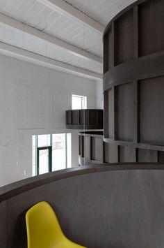 Für den Umgang mit Bestandsbauten gibt es verschiedene Konzepte, die von sensibel bis radikal alles dazwischen einschließen. CHYBIK + KRISTOF ARCHITECTS stellen für ihr House of Wine im mährischen Znojmo zwei gegensätzliche Ansätze einander gegenüber und bieten Weinliebhabern dadurch ein eindrucksvolles Raumerlebnis.   Foto: Alex Shoots Buildings Keep The Lights On, Ideal Tools, Tasting Room, Contemporary Architecture, Room Set, Wine Country, Czech Republic, Brewery, Interior And Exterior