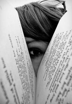 Reading is sexy Portrait Photography Poses, Photography Poses Women, Book Photography, Creative Photography, Photo Portrait, Kreative Portraits, Photographie Portrait Inspiration, Insta Photo Ideas, Insta Ideas