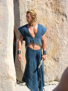 Brad Pitt as Achilles in 'Troy' Troy Achilles, Troy Movie, Troy Film, Brad Pitt Movies, Brad Pitt Pictures, Teenager Mode, Eric Bana, Hollywood Stars, Beautiful Men