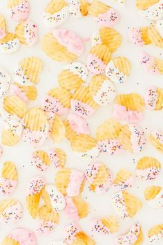 Everyone loves something sweet and salty, and this funfetti dessert chips recipe is perfect for a grab and go dessert for the Summer! Party Desserts, Party Snacks, Appetizers For Party, Party Cakes, Snack Recipes, Dessert Recipes, Chips Recipe, Partys, How Sweet Eats