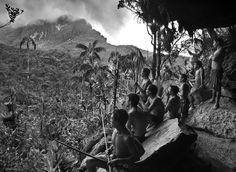 Amazonie, Brésil, 2014 : Les Yanomami, 30 000 indiens en sursis, défendent la plus grande forêt tropicale du monde contre orpailleurs et chercheurs de minerais rares. 6 avril : sur les flancs du pic de la Neblina (le pic du Brouillard), le point culminant du Brésil, des chasseurs, arc à la main, s'abritent des pluies torrentielles.