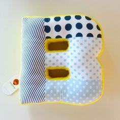 Almofada Alfabeto mistura de tecidos print, lindas e estilosas, as almofadas alfabeto vão deixar a decoração do quarto do seu filho um charme.