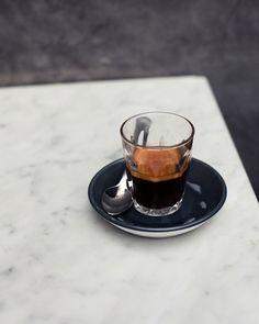 espresso in glass Coffee And Books, I Love Coffee, Coffee Break, Coffee Shop, House Coffee, Coffee Drinks, Coffee Cups, Coffee Coffee, Chocolates
