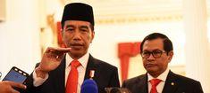 Presiden Jokowi didampingi Seskab Pramono Anung menjawab wartawan usai pelantikan 17 dubes baru RI, di Istana Negara, Jakarta, Selasa (20/2) pagi. JAKARTA , 20 Feb 2018 –Menyusul terjadinya…