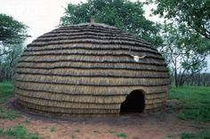 Africa | Traditional Zulu Thatched House. South Africa | © O. Alamany & E. Vicens