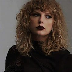 My haircut is like this. I have curly hair too. Inspired by Taylor Taylor Swift Videos, Taylor Swift Hot, Taylor Swift Pictures, Taylor Taylor, Look At You, My Idol, Curly Hair Styles, Pennsylvania, Queens