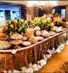 Gente olha que mesa de doces! Toalha de tule com aplicações, profusão de doces e muitas, muitas flores do Andre Pedrotti de SP. Lindo né? Outras ideias veja