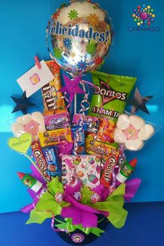 Arreglo dulces graduacion Bff Gifts, Cute Gifts, Birthday Candy, Birthday Gifts, Candy Bar Bouquet, Diy Graduation Gifts, Birthday Gift Baskets, Balloon Gift, Weird Gifts