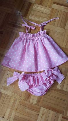 Pinafore and ruffle bloomers buy local – artofit – Artofit Baby Girl Dress Patterns, Baby Dress Design, Little Girl Dresses, Girls Dresses, Baby Girl Fashion, Kids Fashion, Baby Frocks Designs, Cute Baby Clothes, Baby Sewing