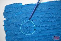 Rajoutez un peu de farine dans de la peinture et vous transformerez une activité de peinture en activité de dessin gravé ! En effet, la farine rajoute de l'épaisseur à la peinture qui peut alors être grattée avec une pointe fine. C'est une chouette activité à faire avec des tout-petits (qui ont compris quand même comment marche un pinceau!)