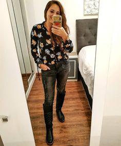 """Nᴀᴛᴀʟɪᴀ M. Vɪsᴄᴀʀʀᴀ 💋 en Instagram: """"No es que extrañe el espejo.... 🤳😂😂  La realidad es que esta foto es previa al trípode, pero no quería dejar de mostrarles el look con…"""" Estilo Floral, Leather Pants, Blouse, Long Sleeve, Sleeves, Instagram, Tops, Women, Fashion"""