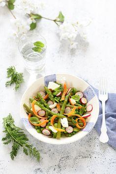 Salade du printemps : asperges, petits pois, carottes, fèves, radis