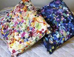 duas almofadas com estampas de quilling