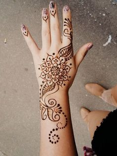 Back Hand Henna/Mehndi Designs. call me crazy but i think this henna (non permanent ink) is awesome Henna Tattoo Hand, Henna Ink, Hand Tats, Cool Henna Tattoos, Henna On Hand, Hippie Tattoos, Lotus Henna, Tattoo Sun, Bohemian Tattoo