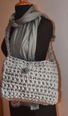 borsa ad  uncinetto in fettuccia di lana grigia con bottone nero e tracolla in fettuccia e sciarpa in seta grigia lucida