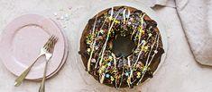 Donitsin muotoon leivottu kakku maistuu isolle joukolle. Rahkatäyte raikastaa tuhdin suklaakuorrutteisen kakun.  Noin 1,15 €/annos*. Doughnut, Washer Necklace, Food And Drink, Cupcakes, Baking, Cupcake Cakes, Bakken, Backen, Sweets