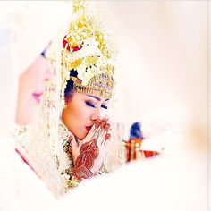 Traditional Indonesian Weddings are all about meaningful symbols.  The Henna on the bride's hand is formed in a paisley pattern, which means fertililty and luck. How beautiful is that?  Any of you brides had or planning to have Henna on your big day?  Photography by @candisoeleman of @soeandsu Makeup by @adiadrian_ds Palembang wedding dress by @desiskandarwedding Wedding Organizer: @ddweddingorganizer Decoration by Amarillis @afira_s Venue: @shangrilajkt