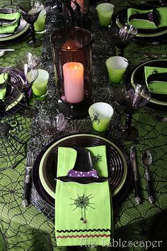 INSPIRATION - Halloween tablescape with green, black and purple + a funny poem by Janet Bruno (Source : http://thetablescaper.blogspot.fr/2010/10/arachnid-phobic-beware.html)