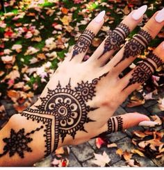 For New Year parties, henna mehndi designs are very popular among women. Have a look at the new mehndi designs. Henna Muster Hand, Henna Tattoo Muster, Henna Tatoos, Body Art Tattoos, Cool Tattoos, Hip Tattoos, Forearm Tattoos, Henna Nails, Tattos