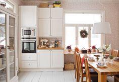 Suuren pöydän ääressä kelpaa syödä jouluruokia. Petteri rakensi koko keittiön uusiksi. Rungot he tilasivat Kalustetukusta, kodinkoneet ovat Siemensin.