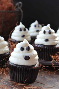 Ghostly Spirit Cupcakes | 31 Last-Minute Halloween Hacks