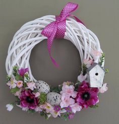 Kúpili len holý kruh z prútia za pár drobných: Keď uvidíte tie úžasné & Easter Wreaths, Holiday Wreaths, Holiday Crafts, Floral Hoops, Diy Ostern, Easter Holidays, Summer Wreath, How To Make Wreaths, Diy Wreath
