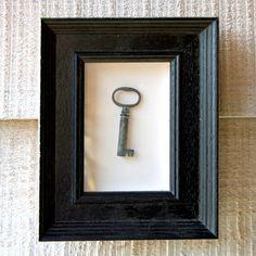 antiker Schlüssel im Rahmen
