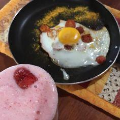 Sobre um café da manhã de pós-treino que me proporciona saciedade além da hora do almoço.  Ovo com tomate cereja e temperos  kefir com morango banana leite de coco e água de coco. #comidadeverdade #Paleo #LowCarb #Primal