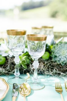 Gold rimmed glasses #tablesetting #goldwedding #weddingreception #tablescape #weddingideas