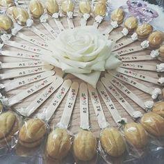 توزيعات Eid Crafts, Ramadan Crafts, Ramadan Decorations, Craft Stick Crafts, Crafts For Kids, Candy Party Favors, Party Gifts, Chocolate Crafts, Cinder Block Garden