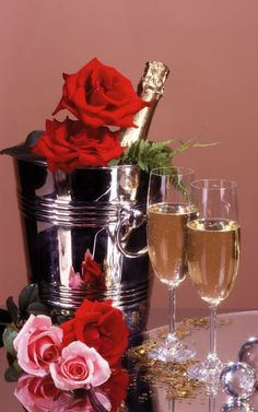 Champagne e rose Happy Birthday Flower, Happy Birthday Wishes, Birthday Greetings, Birthday Cards, Wine Bottle Images, Mosaic Pictures, Small Paintings, Colored Diamonds, Happy New Year