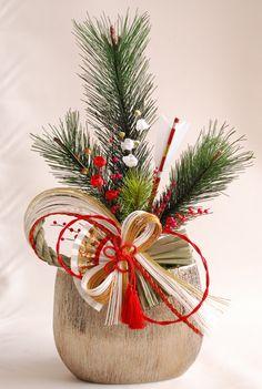 Easy Christmas Ornaments, Christmas Flowers, Simple Christmas, Christmas Wreaths, Christmas Decorations, Tropical Flower Arrangements, Christmas Floral Arrangements, Ikebana Flower Arrangement, Japanese Christmas