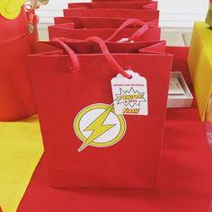 Sacolas personalizadas tema super herói Flash - kit festa infantil Ouro #aniversario #menino #superheroi #flash #amarelo #vermelho #kitfesta #kitfestainfantil #flordeseda #superhero #theflash #boy #birthday #yellow #red #sacola #lembranca